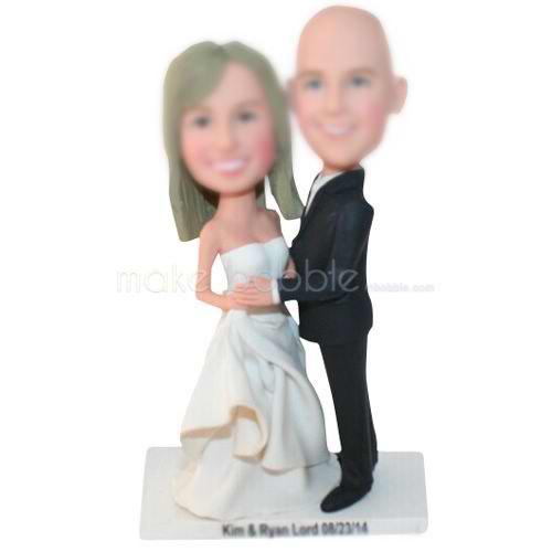 marié tête nue en costume noir avec la jeune mariée en
